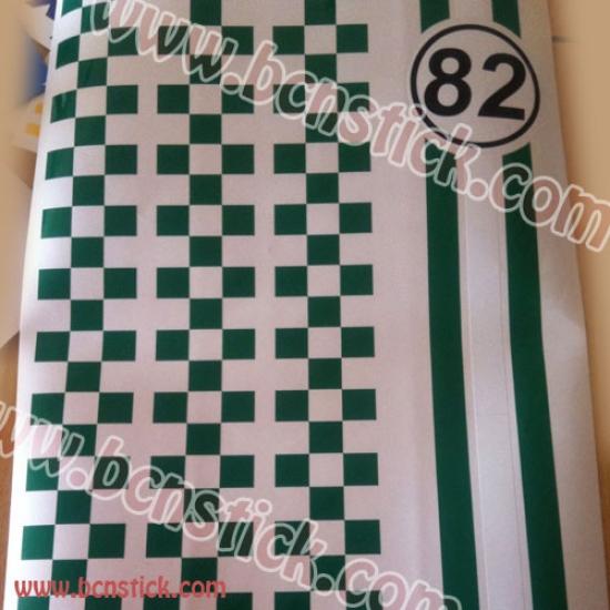 Vespa con número y laterales de cuadritos